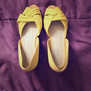 Lemon yellow crisscrossing small wedge